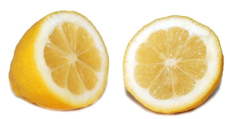 Een citroen kan veel meer dan u denkt! Behalve citroen of de sap daarvan toe te voegen aan uw eten kunt u de citroen voor veel meer doeleinden gebruiken. Hieronder heb ik 6 handige toepassingen van de citroen omschreven. Citroen onder uw oksel! Moet u de deur uit maar heeft u geen deodorant meer in huis? Snij dan een citroen in tweeën en wrijf er een paar keer mee onder uw oksel. De geur veroorzakende bacteriën worden door het citroenzuur direct aangepakt. U zult na het gebruik van…