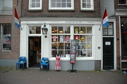 Bruisend, creatief en divers, kortom: Amsterdam is een stad die leeft en elke bezoeker of inwoner een plekje geeft om zich thuis te voelen. De stad doet groots aan, maar bestaat eigenlijk uit een aantal kleine dorpjes waar gezelligheid en authenticiteit belangrijke kenmerken zijn. Van het chique zuiden van de stad, tot Amsterdamse gezelligheid op de Albert Cuyp en van exotische geuren op de Dappermarkt tot hippe clubs in het centrum.
