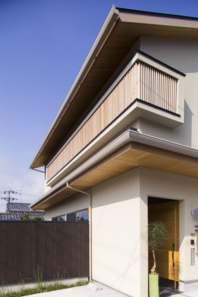 京都市内の閑静な住宅街に建つ住宅。  和モダンの趣きを纏った外観の中には二つの顔が隠されています。  一階は昭和レトロをイメージした、落着いた内装を擁する佇まい。  二階は一転してスカイテラスを中心とした明るい居住空間を設計。  いずれも居心地の良い時間が流れます。  木の格子。天然石の壁。珪藻土の左官。ブラックチェリーの床。障子。  自然素材と昔ながらの要素が散りばめられた空間が、この住宅の魅力  なのかもしれません。  伝統的な和風住宅の良さと現代的なシンプルモダンを融合させた  設計が特徴です。