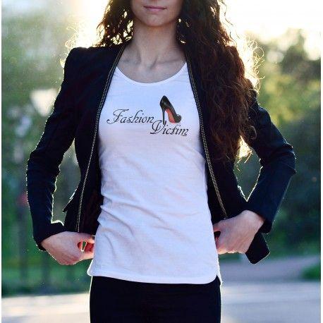"""T-shirt à la coupe très féminine, illustré d'une chaussure noire à haut talon situé sur le coeur et de la citation """"Fashion Victim"""" Impression par sublimation Disponible en 6 tailles"""