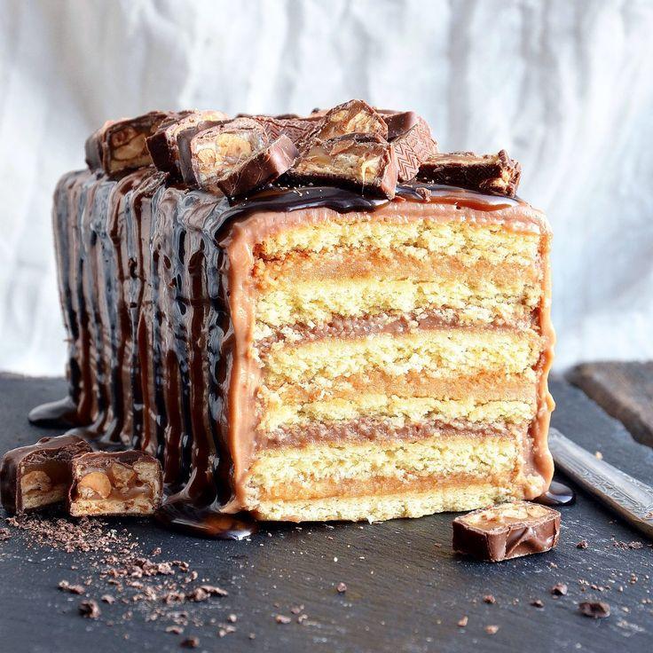 Для любителей батончика Сникерс у меня есть потрясающий рецепт пирожного-торта, копирующего вкус известного любимого лакомства. В его составе песочные коржи, шоколадный и арахисовый заварной крем. Сверху залита шоколадная глазурь, карамель и кусочки оригинального батончика Сникерс. Не только вкус соответствует оригиналу, но и внешний вид. Кто не мечтал из вас съесть огромный батончик?! Теперь всё возможно! Ингредиенты на кекс 20х10 см: Для теста: Яичный желток - 3 шт Сахарная пудра - 120 г…