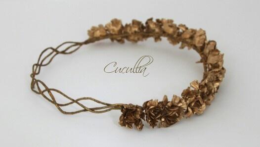 Corona de flores trenzada y dorada
