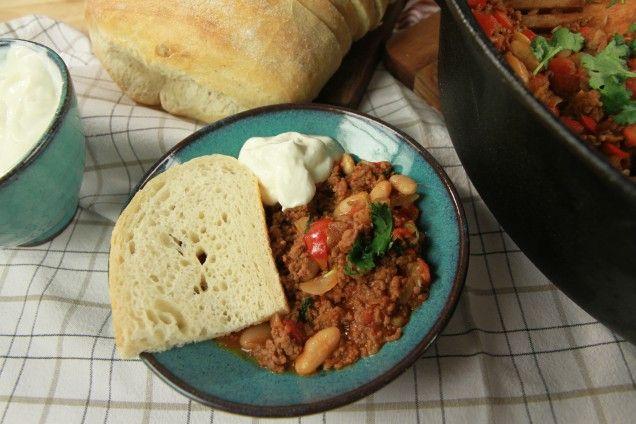 Ett enkelt recept på klassisk het chili con carne som blir väldigt gott. Det är inte bara lättlagat och mustigt, receptet är dessutom signerat stjärnkocken Tommy Myllymäki. Denna klassiska gryta innehåller köttfärs, chili, vita bönor, paprika och andra smarriga ingredienser som passar en mustig och het chili. Servera den med ris eller bröd och en god sallad. Du kan också göra chili på högrev, det blir ännu mustigare! Läs också: 5 tips på hur du hackar lök utan att gråta