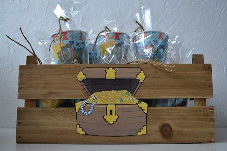 Unieke traktatietaarten en -manden zijn te vinden op feestboxen.nl! Trakteren was nog nooit zo'n feest! Neem nou deze stoere piraten kist, met gevulde traktatiebekertjes. Traktatie, trakteren, verjaardag, snoep, piraat, schatkist, bekertjes, hout