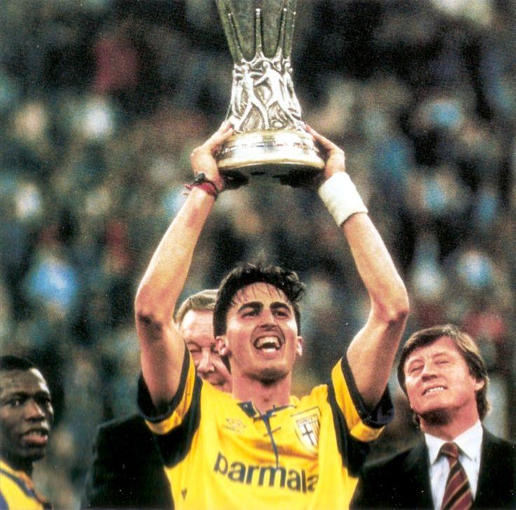 El gran artífice del éxito del Parma AC, Dino Baggio, levanta el trofeo de la Copa de la UEFA conquistado ante su ex-club la Juventus de Turín
