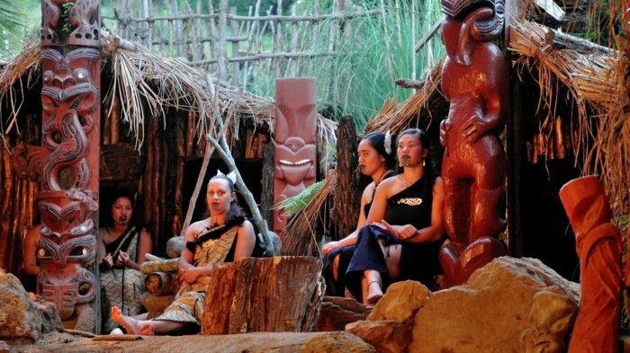 maori frauen holzstatuen tattoos gesicht
