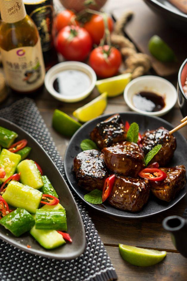 Блестящее мясо с малосольными огурчиками Не скажу, что ярый фанат азиатской кухни, особенно все эти странные столетние яйца и странные бульоны из утиных перепонок. Но когда дело доходит до вока, мяса и хороших соусов — здесь азиатам, пожалуй, нет равных. Когда я вижу, как готовят блюда на кухнях ресторанов — всегда удивляешься этой магии ароматов и...
