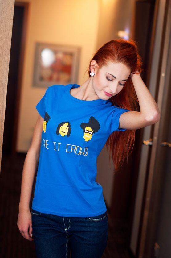 T-shirt The IT Crowd De vrouwelijke versie van de klassieker is een nauwsluitend model met verkorte mouwtjes en heeft een opdruk van 'die geeks van de IT afdeling' en de tekst: 'The IT Crowd' . Blikdicht met aangenaam hoge stofdichtheid en een eersteklas verwerking.