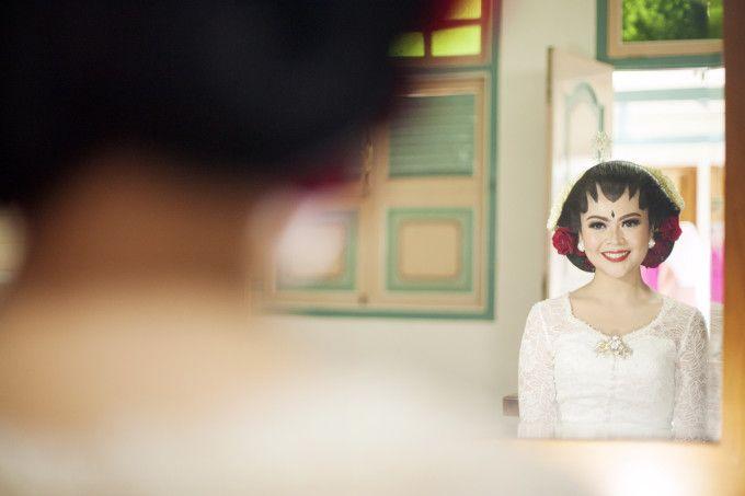 An inspiration for traditional wedding photoshoot | An Elegant Traditional Wedding In Yogyakarta | http://www.bridestory.com/blog/an-elegant-traditional-wedding-in-yogyakarta