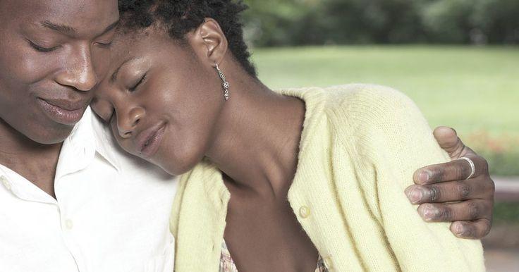 Cremes de clareamento de manchas escuras para a pele negra. A hiperpigmentação é o escurecimento da pele que ocorre após um trauma como, por exemplo, cicatrizes de acne, cortes e queimaduras. Ela se manifesta como manchas escuras na pele, principalmente nos afro-americanos. Os cremes de clareamento são projetados para fazer com que a pele volte a cor natural.