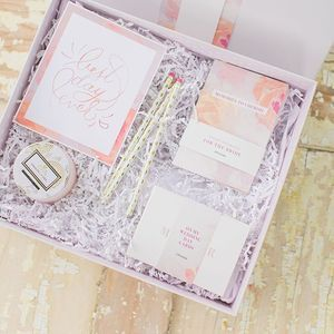 Sharing this bridal stationary box I designed for the #tuesdaystogether collaboration shoot I so happily participated in at the beginning of the summer! Every bride should receive a stationery package like this one to keep track of all the details, and to jot down memories she can read over for years to come! 📷@brittanyleephotos #stationery #bride #pink #memories