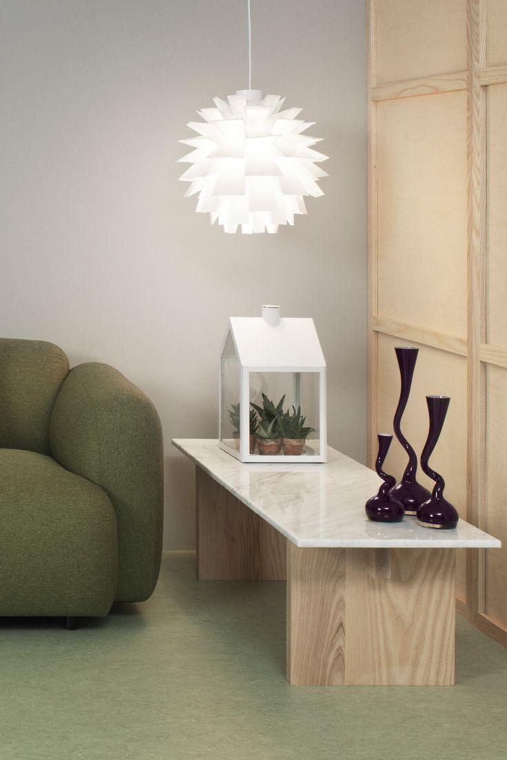 Solid bordet fra Normann Copenhagen består av en ramme af nordisk ask og en bordplade af marmor, og er enkelt at samle helt uden brug af skruer eller lim. Delene låser sig sammen under bordpladens vægt og danner et robust sofabord med et harmonisk og luksuriøst udtryk.