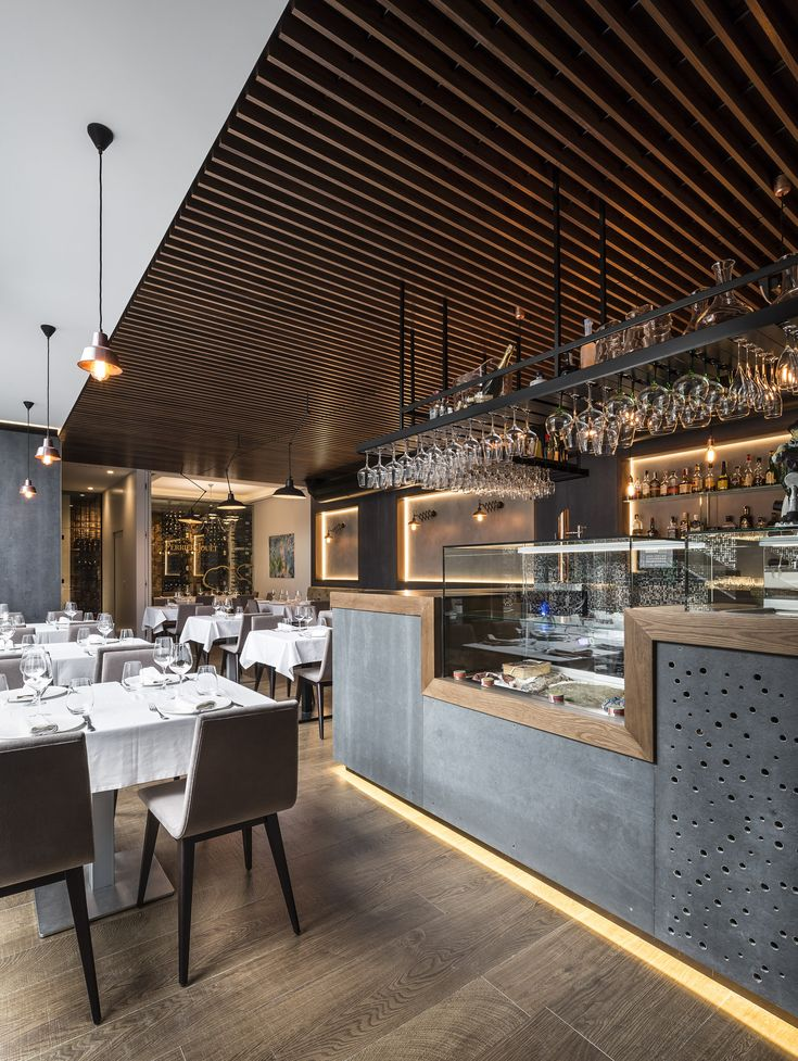 Expositor en restaurante con Viroc, falso techo Hunter Douglas de madera Grid y pavimento Porcelanas / Restaurant with Viroc, Hunter Douglas wood Ceiling and Porcelanosa Floor