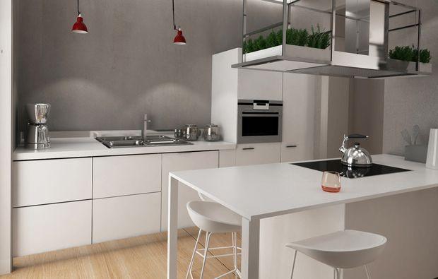 cucina bianca, parete grigia e lampade rosse