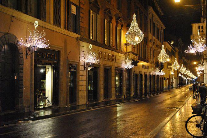 Las calles que rodean la Piazza di Spagna (Via del Corso, Via Condotti, Via Borgognona, Via Frattini, Via del Babuino) están plagadas de tiendas que van desde Zara, Benetton o Armani Exchange a luxury brands como Gucci, Chanel y Prada. http://www.harpersbazaar.es/blogs/my-lightstyle/48-horas-en-roma