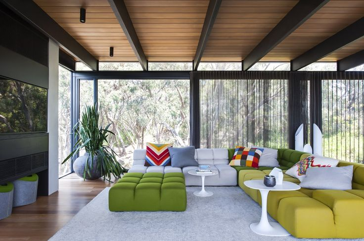 In a midcentury home in Victoria, Australia, an interior designer embraces color and a connection to the outdoors.