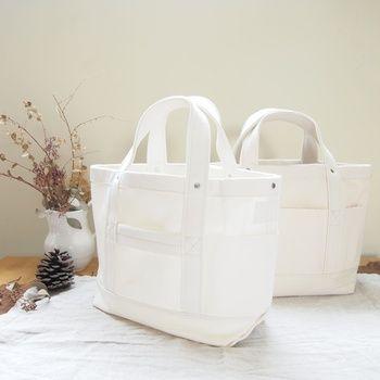 型崩れや色あせなどを避けるため、基本的にバッグは洗わないほうがいいです。 汚れが気になってきた場合、水で薄めた中性洗剤を布に含ませ、叩くように拭き取ります。 その後、固めに絞った布で水拭きをします。