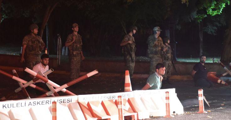 20160715 - Força de segurança turca detém homens ao lado de estrada em Istambul, em bloqueio na ponte do Bósforo. O primeiro-ministro da Turquia, Binali Yildirim, afirmou em rede nacional nesta sexta-feira (15) que o país passa por uma tentativa de golpe militar. Segundo relatos de testemunhas, as pontes sobre o Estreito de Bósforo, em Istambul, foram fechadas. Tanques, caças e militares foram vistos em Istambul e em Ancara, a capital do país. Imagem: Bulent Kilic/AFP Photo