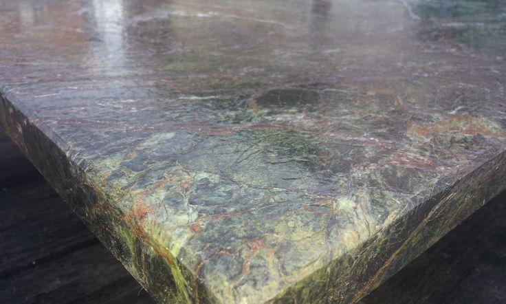 dettaglio finitura tavolo in marmo ramosum viridis - www.pulchria.it