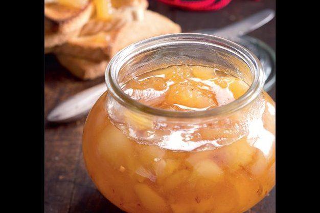 Hruškový med - Zámořská specialita, na kterou nostalgicky vzpomíná nejeden Američan, připomíná med a omamně voní. Chutná v čaji i na chlebu. - - -  S ČÍM SI TO DÁT:  Podávejte s čajem a opečeným toustem s čerstvým smetanovým sýrem.   •1 konzerva krájeného ananasu (asi 550 g) •2,7 kg vykrájených a oloupaných hrušek (čistá váha), nakrájených na kostky •2,2 kg krupicového cukru •1 lžíce citronové šťávy - - -