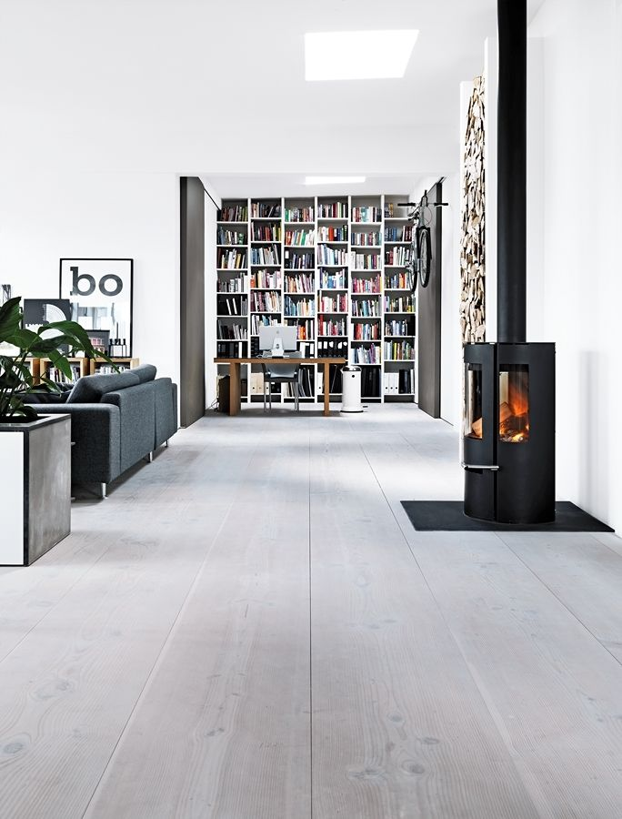 Otevřenost a vzdušnost loftu podpořila podlaha ze světlých fošen, dveře posuvné na stěnu a vestavěný nábytek vyrobený na míru.