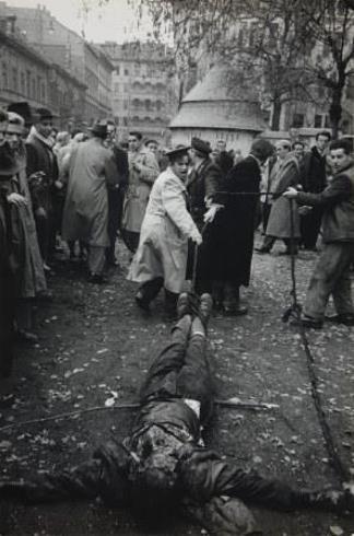 Mario De Biasi, Budapest [Linciaggio del cadavere di un agente dell'Ahv], ottobre 1956. Raccolta della fotografia, Galleria civica di Modena