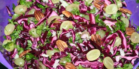Sprød rødkål, frisk persille, syrlig citron og søde vindruer udgør i dette tilfælde en helt forrygende salat, der kan serveres til det meste.