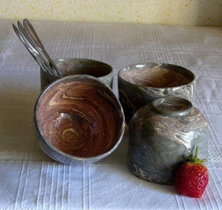 Ensemble de 4 tasses en grès, de terres mêlées, noir, rouge, gris, blanc, tournées : Vaisselle, verres par poterie-margo