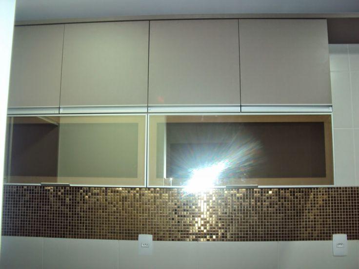 Cozinha em MDF Gianduia e Vidro Reflecta bronze. Pastilhas bronze revestem a parede