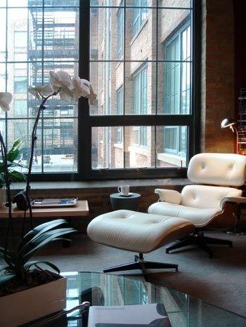 Eames Lounge Chair von Vitra. In weißem Leder und dunklem Holzfurnier – der klassische Sessel lädt zum langen Verweilen an trüben Tagen ein: http://www.ikarus.de/marken/vitra.html