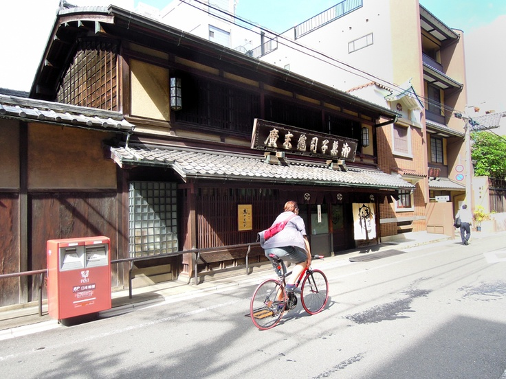 As for this, an identifier has a history beyond KAMESUEHIRO200 year in a candy store.  亀末廣の外観で京菓子店です