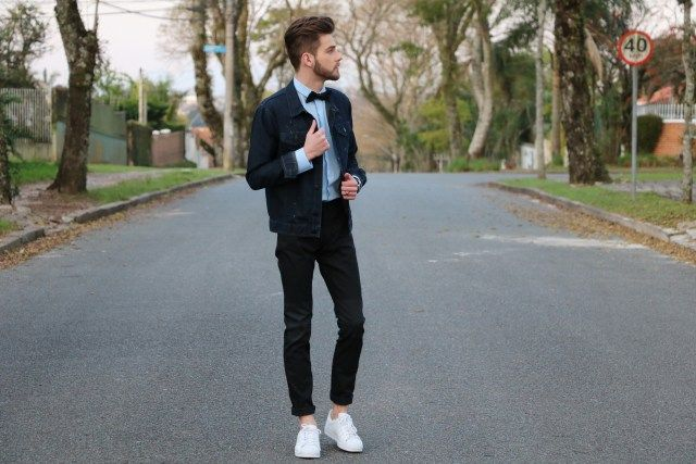 blog lincooln, lincoln briniak, lincoln, ootd, style, fashion, outfit, male, look do dia, moda masculina, bota, cabelo masculino, calvin klein, gravata borboleta, bow tie, gravata, jaqueta jeans, jaqueta, jeans, barba, tenis branco, tênis branco, adidas, adidas branco, adias superstar, calça jeans