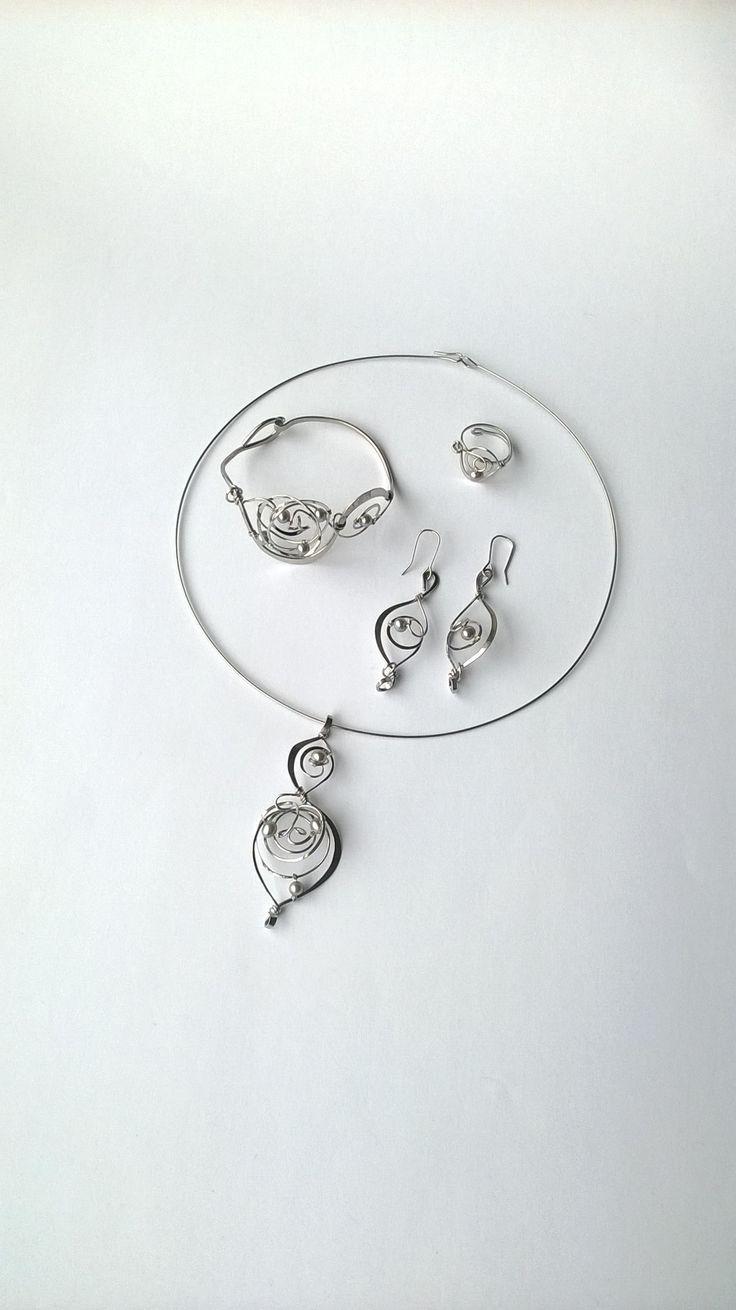 """Souprava+""""Noblesa""""+exkluzivní+perly+Autorské+šperky.+Originály,+které+existují+pouze+vjednom+jediném+exempláři.+Vynikají+kouzelným+prostorovým+tvarem,+čistým+zpracováním+detailů,+jemně+laděnou+barevností+a+elegantním+výrazem.+Nevšední+řešení+s+perlami+zaujme,+přesto+není+okázalé,+hodí+se+ke+každé+i+každodenní+příležitosti.Prostorové+řešení+šperku..."""