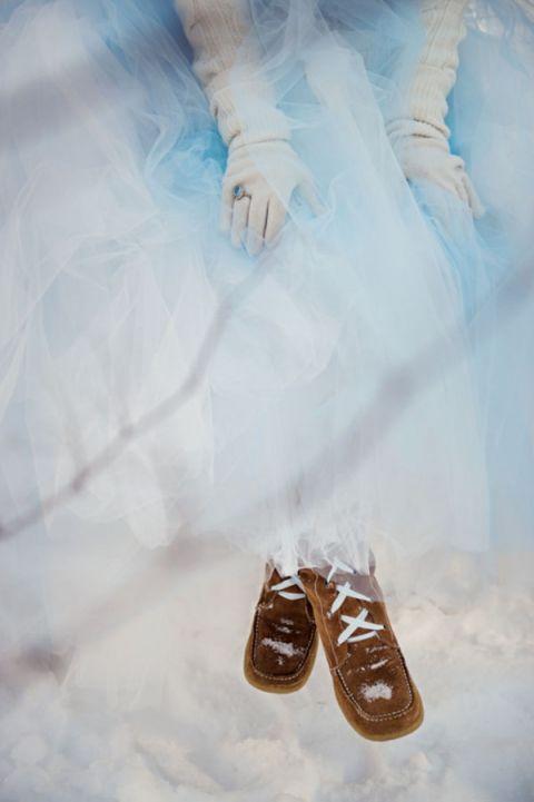 Синий Тюль Ballgown для зимней свадьбы    Carla Ten Эйк Фото    Зимний шик - Уютный белый и синий Снежный лес Свадебный