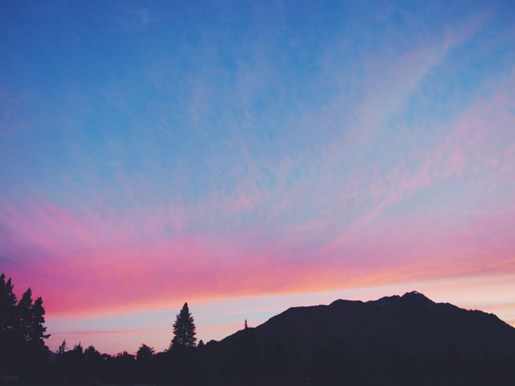 Sunset over Lake Wakatipu, Queenstown, New Zealand | http://wander-full.com/2015/08/03/9-road-tripping/