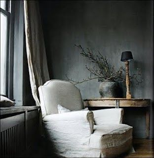mooie combinatie donker grijze muur en linnen stoel