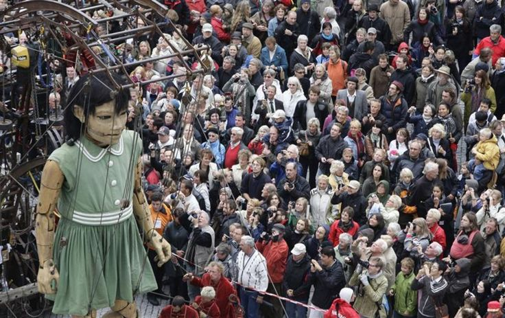 Demain, la marionnette retrouvera son oncle, un géant de 15 mètres, jour anniversaire de la Réunification allemande il y a 19 ans. © REUTERS/Tobias Schwarz