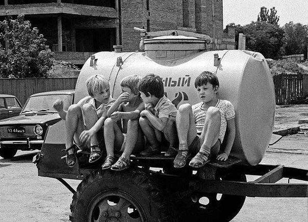 Почему дети СССР были другими?  Если вы были ребенком в 60-е, 70-е или 80-е, начало 90-х, оглядываясь назад, трудно поверить, что нам удалось дойти до сегодняшнего дня.  В детстве мы ездили на машинах без ремней и подушек безопасности. Наши кроватки были раскрашены яркими красками с высоким содержанием свинца. Не было секретных крышек на пузырьках с лекарствами, двери часто не запирались, а шкафы не запирались никогда.  Мы пили воду из колонки на углу, а не из пластиковых бутылок. Никому не…