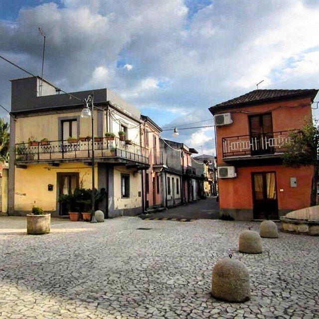 🇮🇹The small and quiet village of San Martino #calabria #village #sanmartino #melbournelifelovetravel #vibrantcolors #yellow #orange #italia #itsohsoquiet #colourful #history