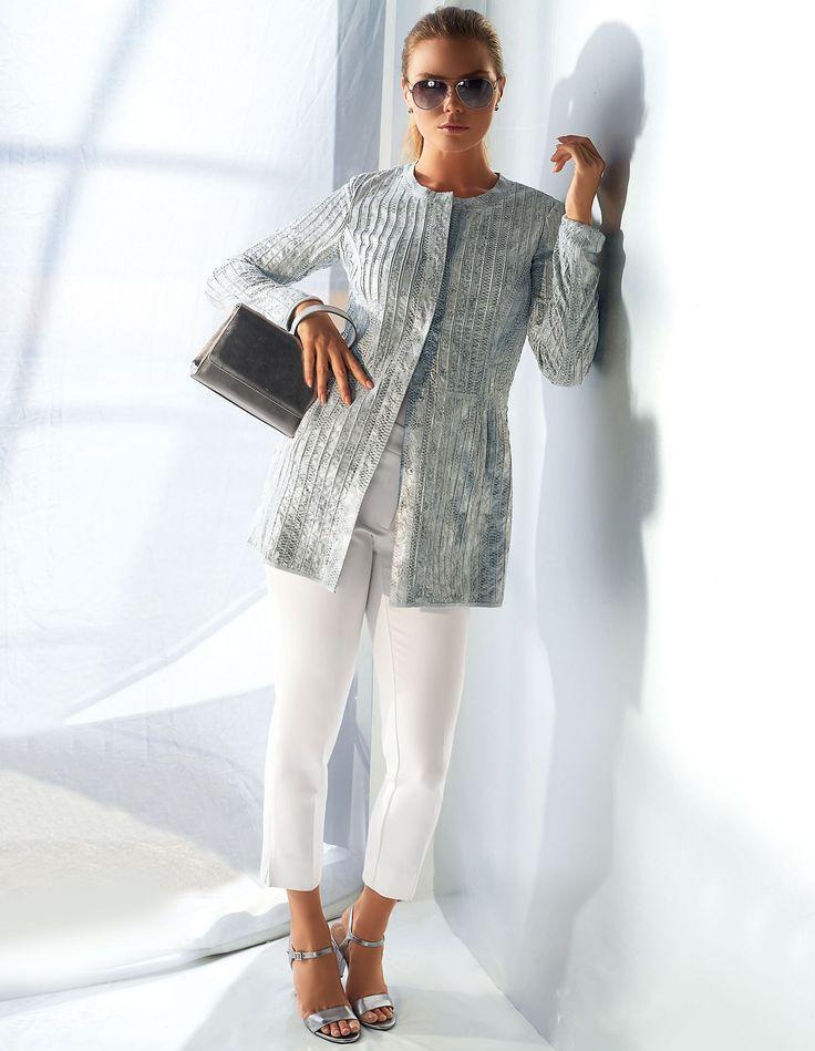 Luxus-Style! Wertvoll verarbeiteter Gehrock aus Leder im trendigen Metallic Look.