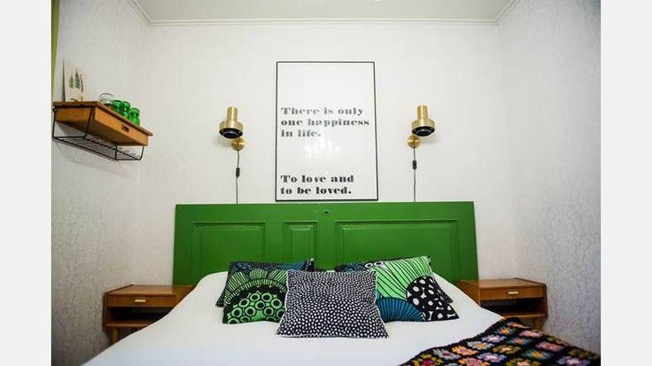 Sovrummet har fått sig en färgklick till sänggavel. | Bild: Thea Holmqvist