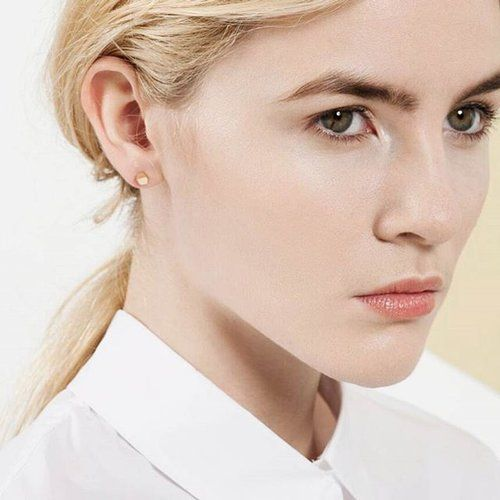 white shirt✔ low ponytail✔ pout✔ eye smoulder✔ tough studs✔ =🤺 . . #ISLEjewellery #practicallytheweekend #toughstuds #tinybuttough #lessismore #solidgold #finejewellery #finejewelry #everydayluxe #simpleluxury #goldearrings #9k #9ct #handmade #irishdesign #familyjewellers #ireland #belfast #tokyo #japan #modernsimplicity #whiteshirtlove #angles #edges #facets