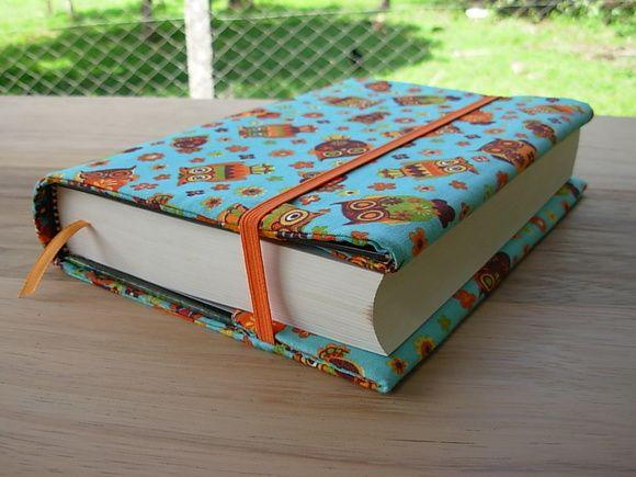 Esta é uma capa para livro ajustável. Você pode usá-la em vários livros de tamanhos parecidos. Ela vai proteger seu livro e alegrar seu dia! Ela é toda almofadada e feita com tecido de algodão de ótima qualidade.  Eu faço sob encomenda. É só me passar as medidas do livro (largura, comprimento e espessura) e escolher o tecido em Mostruário.