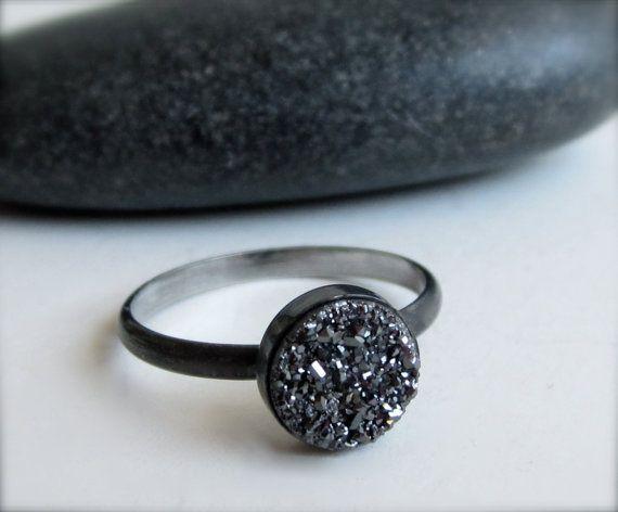 Dies ist eine wunderschöne, schlichtes Design, die die Geheimnisse des Lebens universal und unerklärliche Schönheit erinnert. Dieser Ring wird mit