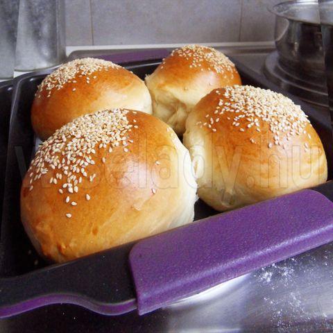 Ez egy isteni puha, foszlós zsemle, amit gyakran sütök. Szendvicsnek és hamburgerbucinak is használható. A receptemet elolvashatjátok itt:...