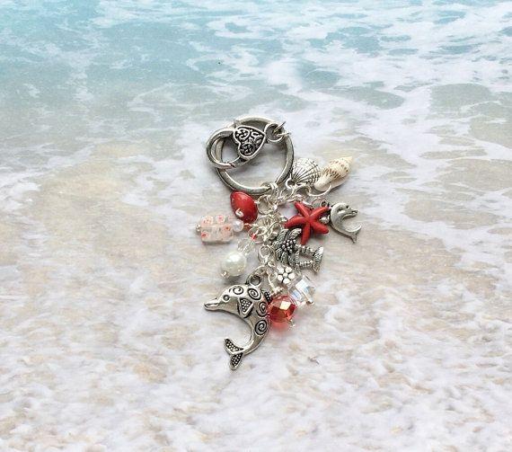 Mer cadeaux animaux, porte-clé de l'océan, mer vie cadeaux, cadeaux de la vie Marine, Dauphin porte-clé, mer animaux porte-clé, mer vie porte-clé ----------------------------------  Pince à cette « petite » beachy recherche Dauphin porte-clé sur vos vacances sac, ceinture, sac banane, trousse de maquillage ou sac à main !  porte-clé 1 Grand fermoir en relief Environ 4 de long incluant le fermoir  Breloques Dauphin agrémentés de cristaux, perles de verre, perle de faux et une pépite de corail…