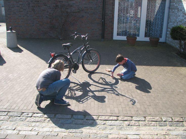 Binnen de bovenbouw hadden wij binnen het thema verkeer het fietsexamen. Om op een creatieve manier kennis te maken met je fiets, laat je ze de schaduw van een fiets overtrekken en daarna mooi inkleuren en versieren. Een groot succes. Wel de zon voor nodig.