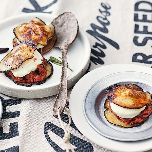 Die feinen Auberginen-Mozzarella-Taler werden auf dem heißen Stein des Raclettes gebraten. Herrlich italienisch!