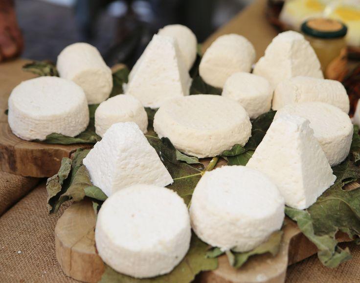 ROBIOLA DI ROCCAVERANO DOP Scegliere tra i vari formaggi piemontesi è difficile, per non dire impossibile: poche regioni vantano una tale varietà di produzioni casearie. La robiola di Roccaverano, però, merita una menzione. Il Presidio Slow Food, che prevede l'utilizzo di solo latte crudo di capra, sta aiutando a salvare dall'estinzione la capra di Roccaverano.