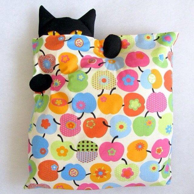 Boa tarde!! Mais dicas e moldes: ➡️➡️ www.artecomquiane.com -- #amor #atelier #artesanal #artesanato #artecomquiane #almofada #aplique #cor #casa #costura #diy #decor #decoracao #facavocemesmo #lar #moda #moldes #pap #retrô #tecido #bomdia #fuxico #yoyo #borboleta #butterflies #molde #pap #felt #cat #gato #pillow #almofada #almofadas #almofadaspersonalizadas #gatopreto #colorido